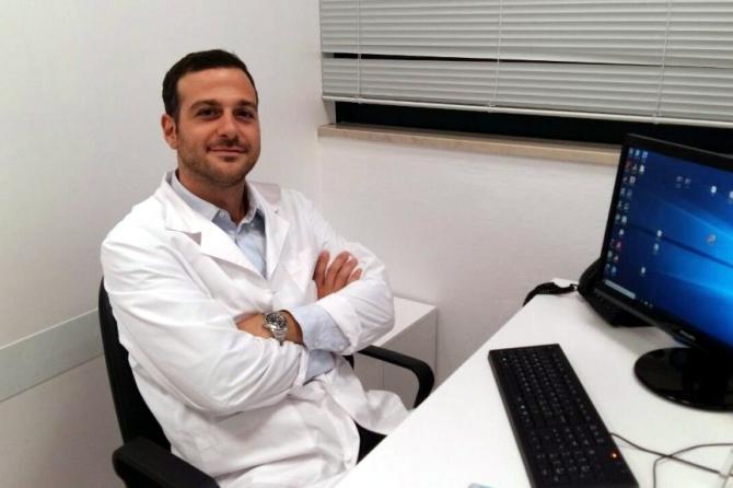 Il Dott. Federico Raggi, medico chirurgo specialista in Ortopedia e Traumatologia, dirigente medico presso l'Istituto Ortopedico Rizzoli di Bologna, visita presso il Centro Salute Art. 32 Onlus
